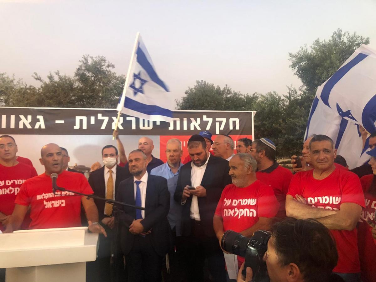 מימין- ירון בלחסן מנכל ארגון מגדלי הפירות בהפגנה בירושלים
