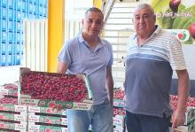 מימין- לואיס עלם חקלאי מג'יש עם ירון בלחסן מנכל ארגון מגדלי הפירות בישראל